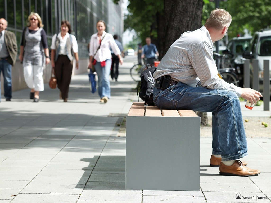 versio-levis-bench-bailey-street-scene